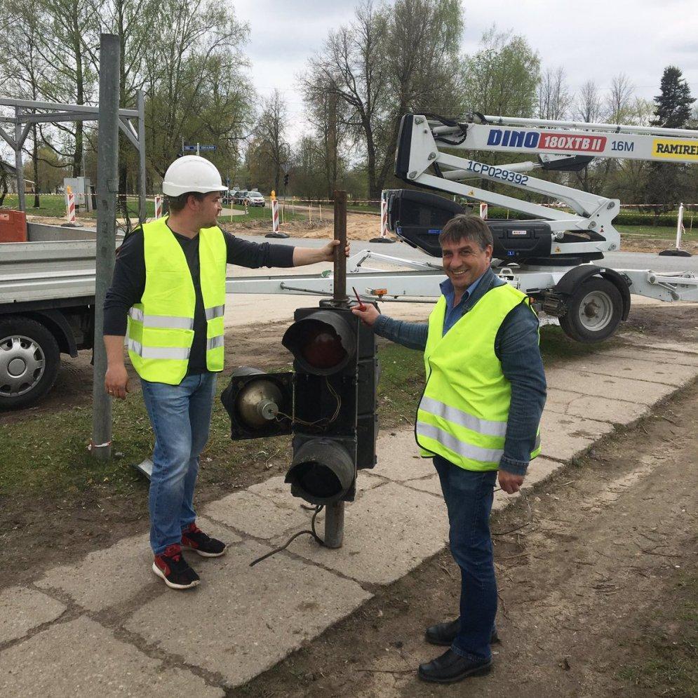 ФОТО: Самый старый в Латвии 45-летний светофор-ветеран торжественно вышел на пенсию