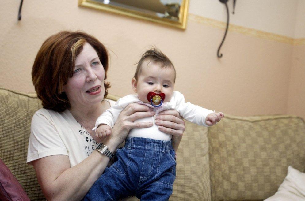 65 gadus veca sieviete dzemdējusi četrīšus; tagad viņai ir 17 bērni
