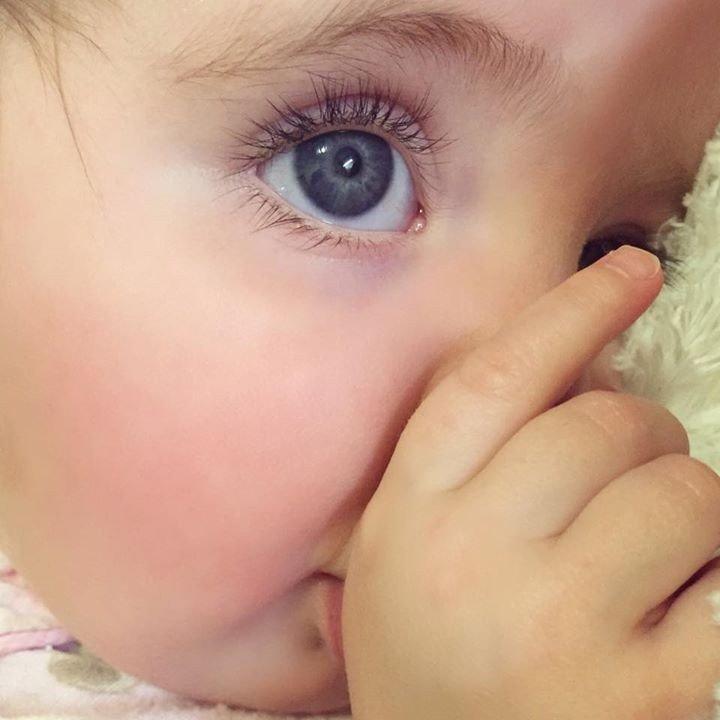 Pasauli sajūsmina astoņus mēnešus veca zīdaiņa acis