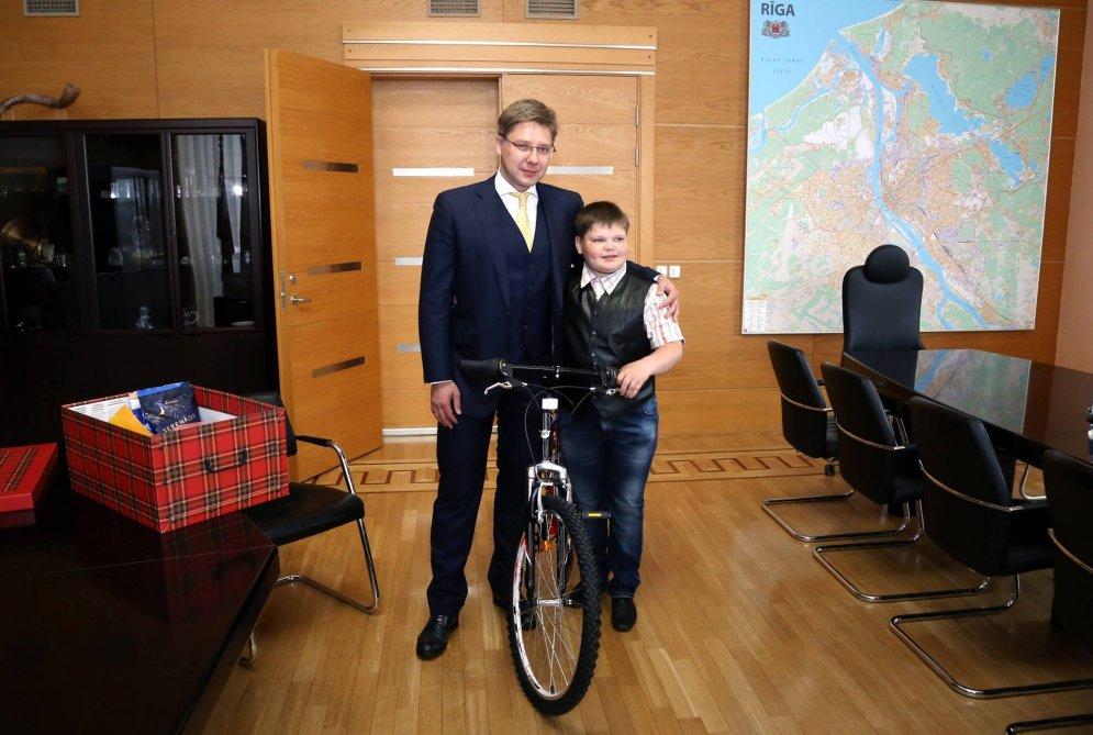 Нил Ушаков нашел мальчика Кирилла со смешной фотки и подарил ему велосипед