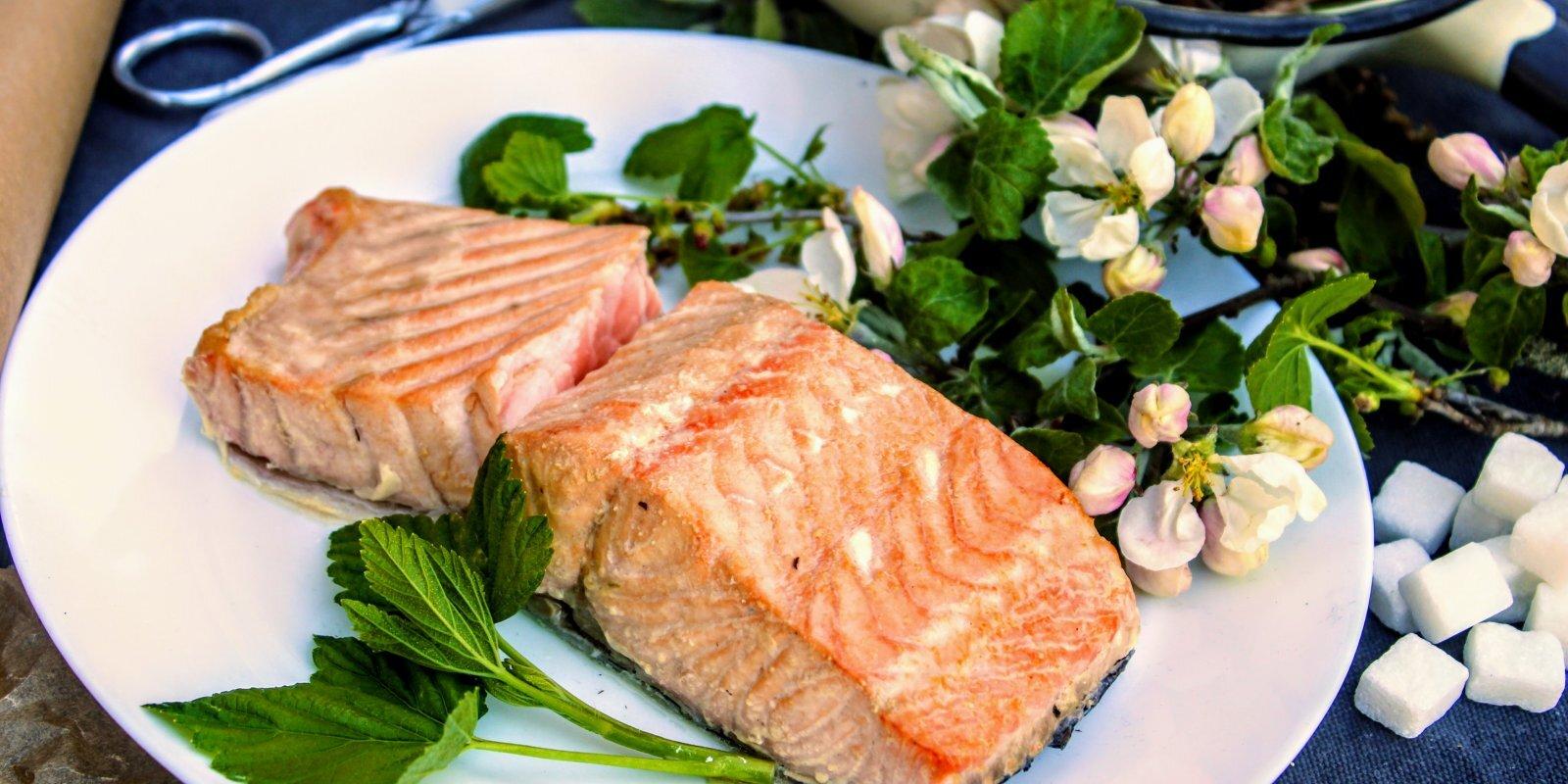 Virtuvē kūpināts lasis 20 minūtēs: 'Tasty' testē paštaisītu ātro kūpinātavu