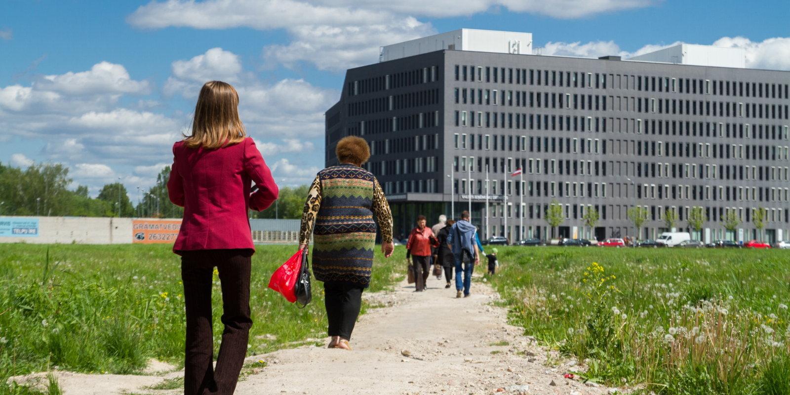"""""""Это феерическое бюрократическое дно!"""". Латвийцы возмущаются отказами в выплате пособий по простою"""