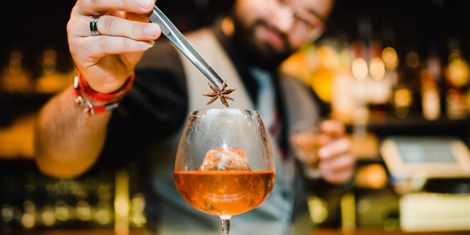 Пройти естественный отбор: как рижанин Денис Петров открыл успешный коктейль-бар в Лондоне