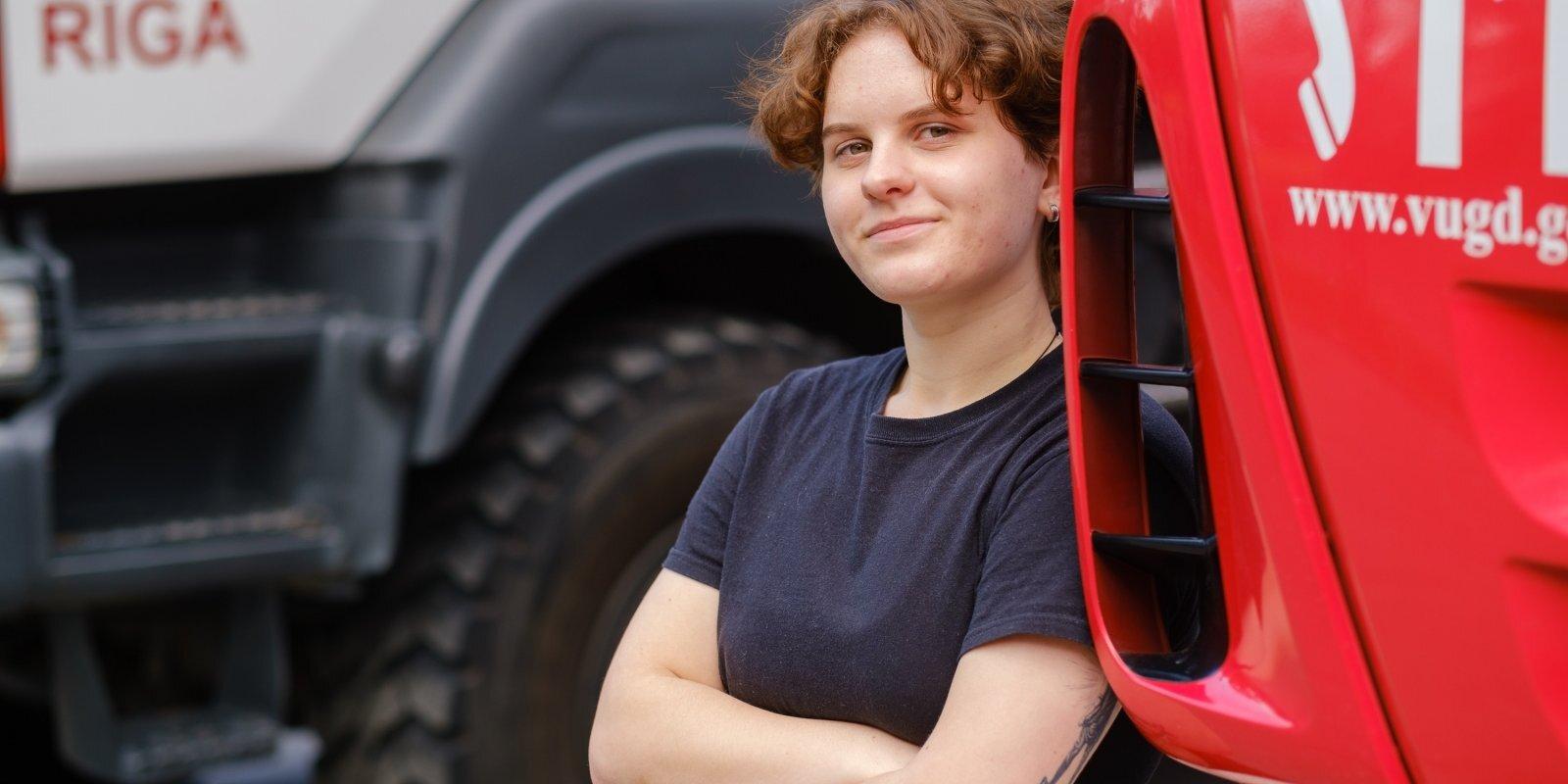 'Ideja nāca no mammas'. Kā Elīna Bērziņa nonāca līdz ugunsdzēsēja glābēja profesijai
