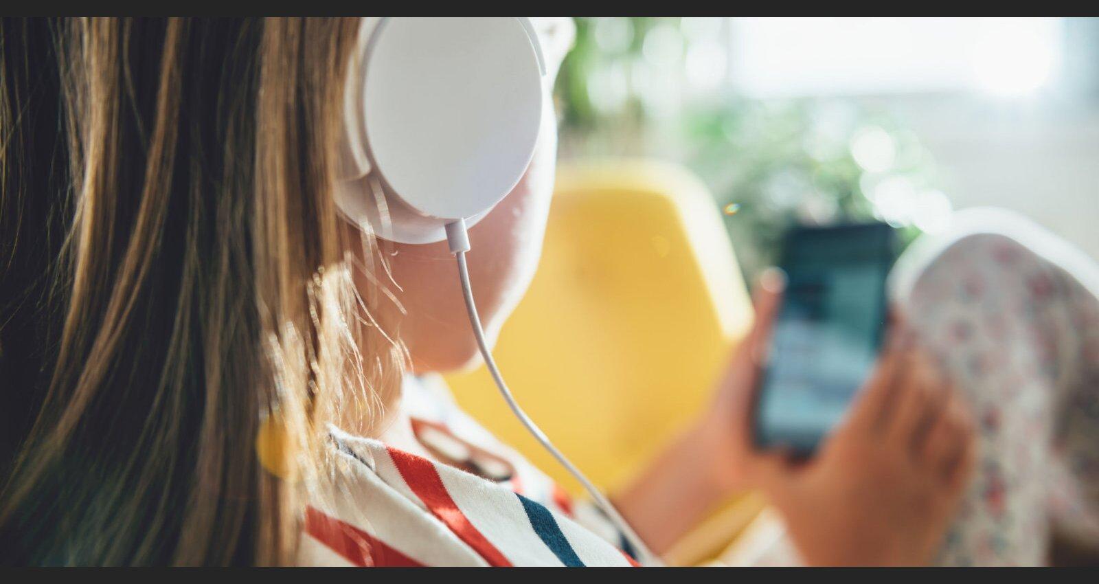 Bērnu kailfoto vienaudžu tālruņos – pieaugušo radīta mūsdienu realitāte