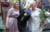 Foto: Populāras dāmas novērtē Laimas Vaikules tērpu izstādi