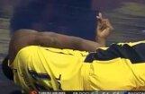 Video: Eirolīgas spēlē basketbolists piedzīvo baisu kritienu pēc 'danka'