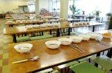 Bērniem divas nedēļas skolā jāēd sausā pārtika; skola vainu noveļ uz birokrātiju