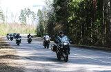 Foto: 100 motociklisti mēro 450 kilometrus un godina Latviju simtgadē