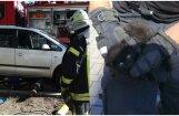Foto: Glābēji Rīgā atbrīvo auto motortelpā iesprūdušu kaķēnu