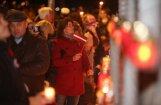 Foto: Kritušo karavīru piemiņai pie Rīgas pils zaigo tūkstošiem svecīšu liesmiņu