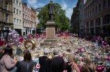 Bezpajumtnieks par saziedoto naudu nopircis ziedus Mančestras terorakta upuru piemiņai