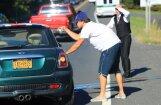 Foto: Dikaprio ar mīļoto modeli iekļūst satiksmes negadījumā