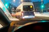 Video: Maršruta mikroautobuss pārkāpj noteikumus; uzņēmums vadītāju sodīs