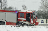Foto: Avārijā Ulbrokā iekļuvusi ugunsdzēsēju automašīna; viens cietušais