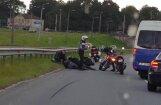 Aculiecinieka video: Netālu no Salu tilta avarējis motociklists