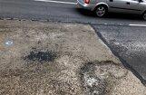 Ceļu remonts Rīgā: Brīvības ielas pieturās betonā parādījušās lielas bedres