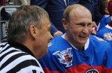 Foto: Putins ar IIHF prezidentu Fāzelu Sočos uzspēlējuši hokeju