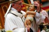 Pāvests Francisks migrantus Ziemassvētku vakarā salīdzina ar Jāzepu un Mariju