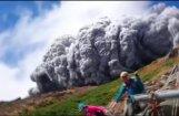 Video: Kā tūristi bēga no nāvējošā vulkānisko pelnu mākoņa Japānā