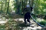 Video: Izgudrots robots, kurš prot skriet pa mežu