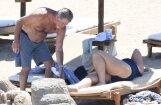 Foto: Pīrss Brosnans ar sieviņu laiskojas pludmalē