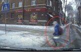 Video: Daugavpilī auto knapi izvairās no uzbraukšanas pār ielu bezrūpīgi skrienošai meitenītei