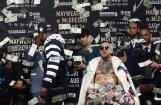 ВИДЕО: Мэйуэзер забросал Макгрегора долларами, а команды устроили свалку