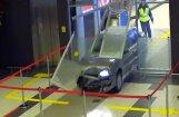 Video: Appīpējies 'Lada' autovadītājs izbraukā Kazaņas lidostas termināli