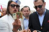 Bagātie un slavenie tiekas VIP Zivju dienā