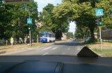 Foto: Uz vienām sliedēm 'satikušies' divi pretī braucoši tramvaji
