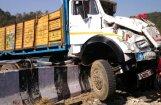 Indijā apgāžoties smagajam auto ar dievlūdzējiem, 16 bojāgājušie