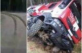Video: Valkā ugunsdzēsēji mēģina driftēt ar dienesta auto un iebrauc grāvī
