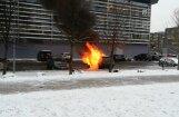 Video: Pie Olimpiskā sporta centra sadeg Latvijas Cīņas federācijas prezidenta auto