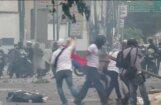 Venecuēlā turpinās protesti pret Maduro, kurš apmētāts ar olām un akmeņiem