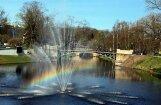 Foto: Pēc saltas nakts Rīgā iemirdzas varavīksne