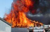 ФОТО: В Смилтенском крае сгорело деревообрабатывающее предприятие