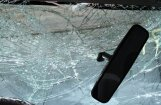 Autovadītājs smagā alkohola reibumā Jelgavā taranē apgaismes stabu
