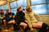 Foto: Rīgā jaunieši tramvajos brauc bez biksēm