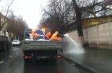 Video: Šādā slaistu metodē Maskavā uz ielas kaisa sāli