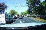 Video: Auto Rīgā pārkāpj divus ceļu satiksmes noteikumus vienlaikus