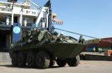Foto: Latvijā ierodas Kanādas bruņoto spēku tehnika un ekipējums