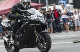 Foto: Motociklu dragreiss krastmalā Rīgas svētku laikā