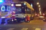 Rīgā trolejbuss notriec gājēju, kurš no traumām mirst