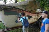 Bieriņos pusaudži apķēpā laivu, auto un elektrosadales skapi