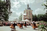 Valmiermuižā ieskandināti vasaras saulgrieži un folkloras izlase 'Sviests'