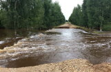 В Латгалии дорогу затопило вышедшее из берегов болото