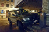 Foto: Elbakjana 'Land Cruiser' noparkots uz kāpnēm