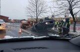 Foto: Vecmīlgrāvī avarē divas automašīnas