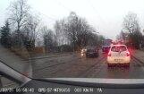 Video: Autovadītājs Rīgā bīstami apdzen tramvaju